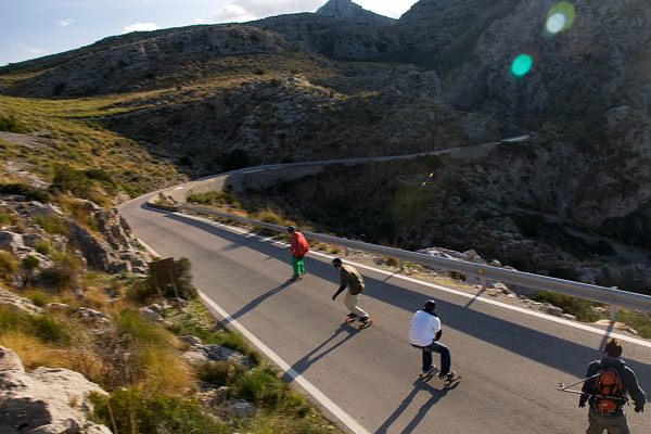 Freeborder on mountain road.  Foto: Alexander Jeremiasch