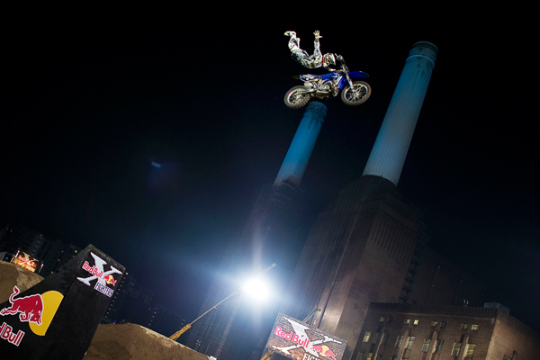 Red Bull X-Fighter London 2010 Mike Mason.  Foto: Balazs Gardi