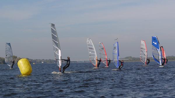 Brandenburger Landesmeisterschaften im Windsurfen 2010.   Foto: Veranstalter