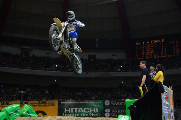 Supercross-Action in Dortmund.  Foto: Jan Brucke