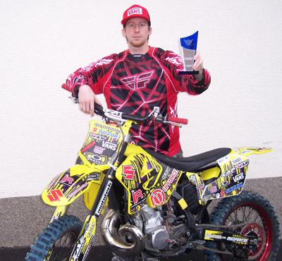 Fabian Bauersachs mit der Trophäe der Action Sports Awards.