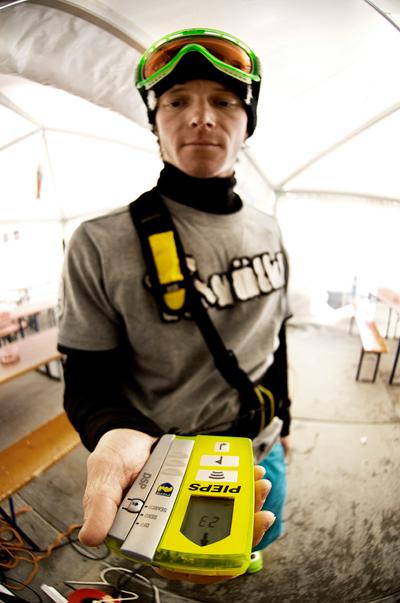 Freeskier Bastian Bäumer macht den LVS Ausrüstungstest in Hochfügen.  Foto: Paul Masukowitz