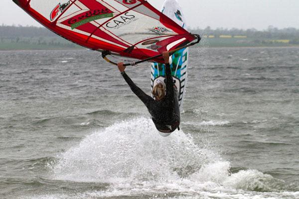 Windsurfer Adrian Beholz.  Foto: Julian Robinet