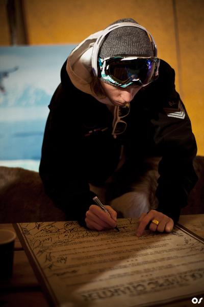 Rider beim unterzeichnen der Snowboarding 180 Olympic Charta.  Foto: Olav Stubberud