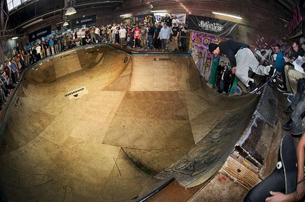 Maxim Kruglov in der Berliner Skatehalle.  Foto: Adam-Sello
