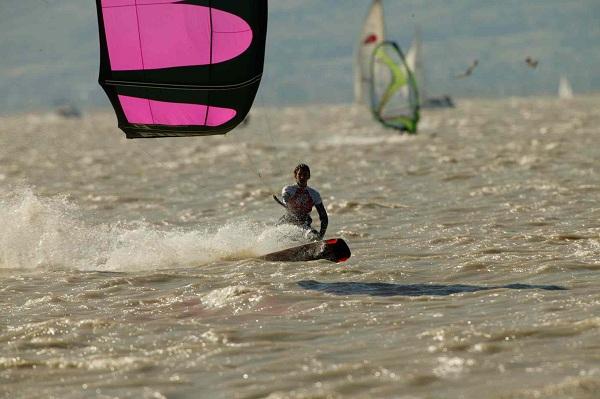 Kitesurf-Action am Neusiedler See.  Foto: Roberto Foresti Canon