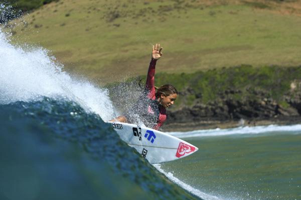 Surferin auf der Welle.  Foto: Roxy