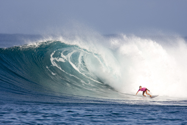 Surferin vor der Welle.  Foto: Roxy