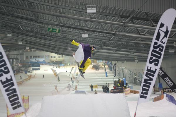 Snowboarder in der Luft.  Foto: Jever Skihalle