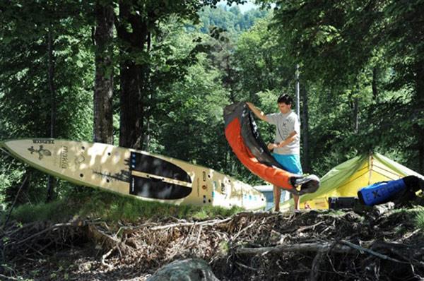 Thomas Oschwald führt alles Expeditionsmaterial auf seinem SUP Board mit und Foto: Surfline.ch
