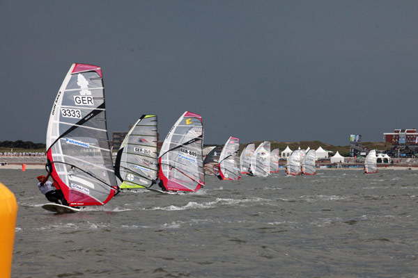 Racing Start beim Panasonic Windsurf Cup 2011 auf Norderney.  Foto: Stevie Bootz