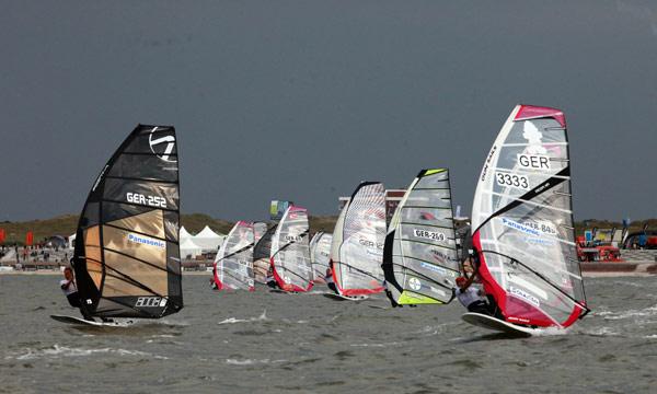 Racingstart beim Deutschen Windsurf Cup.  Foto: Stevie Bootz
