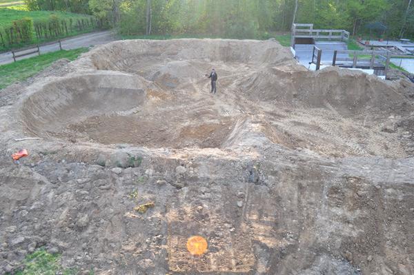 Dirtpool von Dirtcycle Invasion im Naturbad Niederwiesa.  Foto: Veranstalter