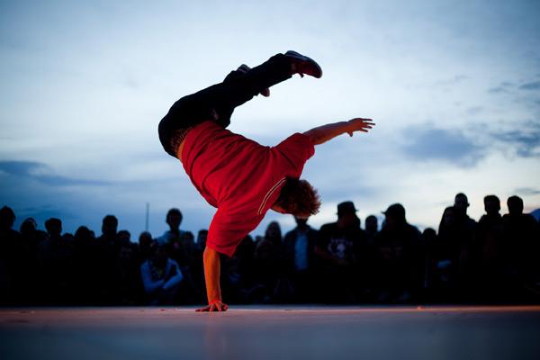 Breakdance-Profi im Abendlicht.