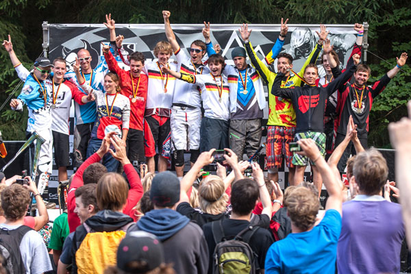 Gesamtpodium des German Downhill Cups in Ilmenau.  Foto: Thomas Dietze