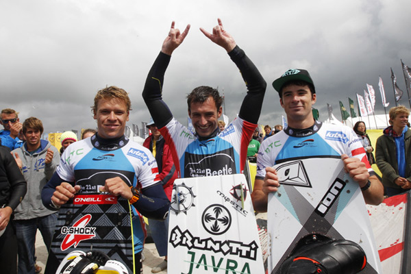 Kevin Langeree, Youri Zoon und Alex Pastor beim Kitesurf World Cup 2012 in St. Peter-Ording.  Foto: Philipp Szyza