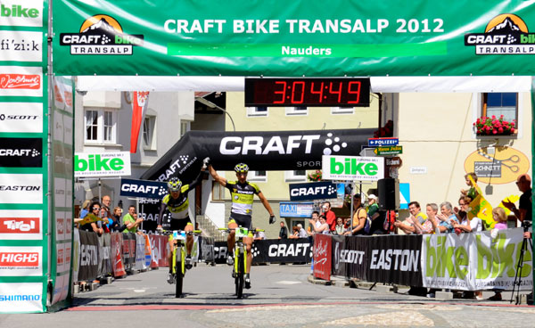 Etappen-Sieger Alban Lakata (AUT) und Robert Mennen (AUT) bei der Transalp 2012.  Foto: Craft Bike Transalp/Peter Musch