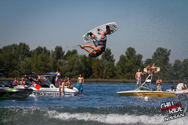 Volle Wakepower am 400PS starken Boot.  Foto: Benjamin Wiedenhofer