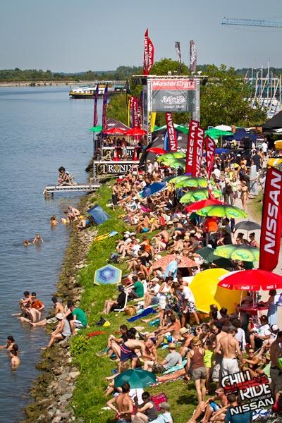 Tausende Besucher waren beim Chill and Ride 2012 am Rheinufer.  Foto: Benjamin Wiedenhofer