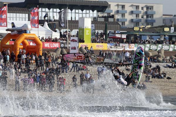 Jump beim Windsurf World Cup auf Sylt.  Foto: Philipp Szyza