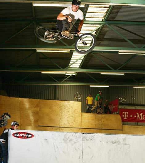 BMX Action mit Stefan Landscher vom Siegerteam Wörgl. Foto: Strasse