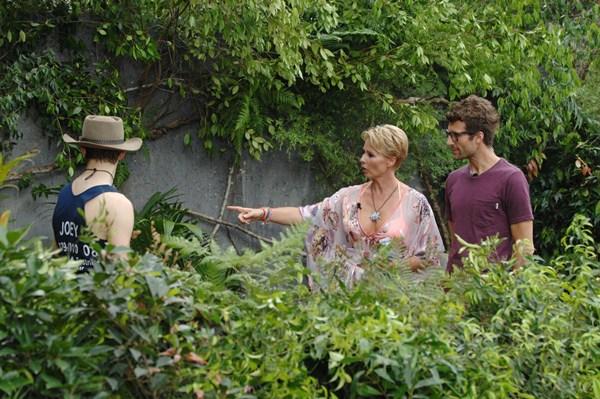 Joey versucht sich an Georginas Dschungelprüfung.  Foto: RTL