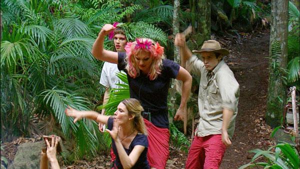 Joey wird von Olivia in Joana verwandelt.  Foto: RTL