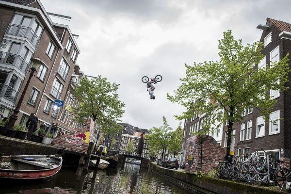 Daniel Wedemeijer Amsterdam Backflip.  Foto: www.redbull.nl/framedreactions