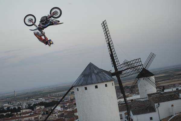 X-Fighters Madrid 2013: Torres und Melero auf den Spuren von Don Quijote.  Foto: Joerg Mitter/Red Bull Content Pool