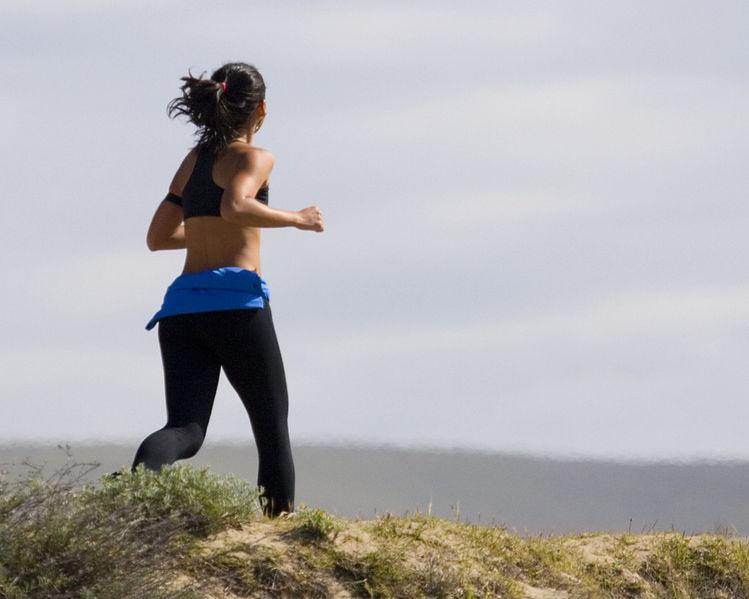 Besonders bei warmen Temperaturen begeistert Jogging viele Hobby-Sportler.  Bildquelle: Wikipedia.org © Mike Baird (CC BY 2.0)