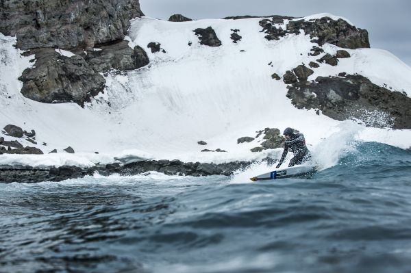 Ramón Navarro: Big Wave Surfing in der Antarktis.  Foto: Juan Luis De Heeckeren/Red Bull Content Pool
