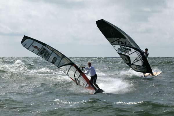 Slalom beim Windsurf Cup
