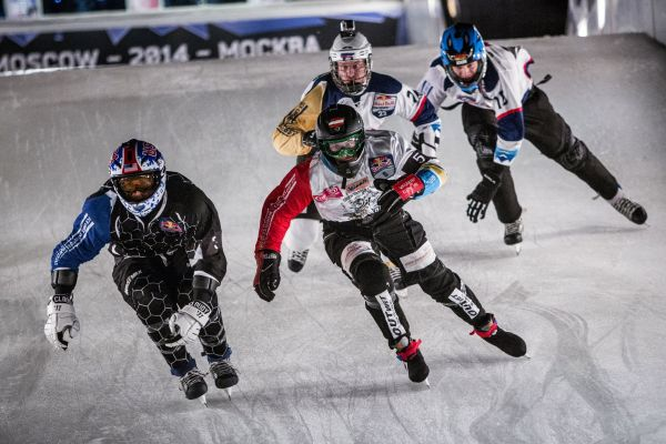 Schlittschuh-Kampf beim Red Bull Crashed Ice.  Foto: ANDREAS LANGREITER/Red Bull Content Pool