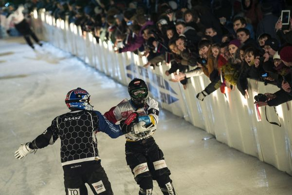 Schlittschuh-Kampf beim Red Bull Crashed Ice.  Foto: J�rg Mitter/Red Bull Content Pool