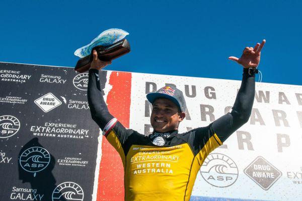 Michel Bourez bejubelt seinen ersten WCT-Erfolg.  Foto: Ryan Miller/Red Bull Content Pool