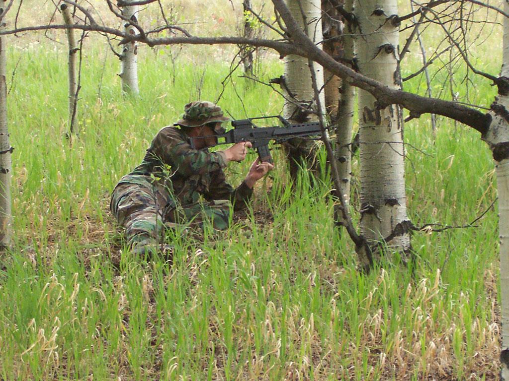 Airsoftwaffen sehen in der Regel sehr realistisch aus, sind aber keineswegs mit den Risiken einer echten Waffe gleichzusetzen.  Foto: Commons.wikimedia.org © Jonathon Barton CC BY-SA 3.0
