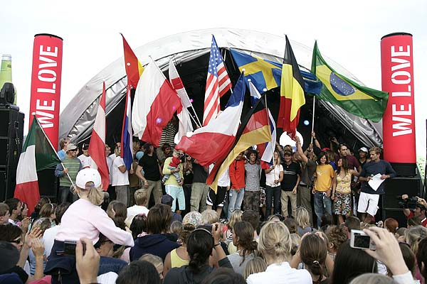 Ein Fahnenmeer zum Auftakt des Kitesurf World Cups in St. Peter-Ording