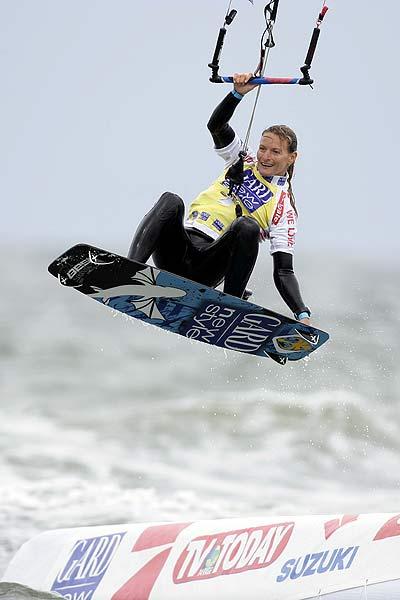 Kristin Boese auf dem Srung zum dritten Weltmeistertitel beim Kitesurf Worldcup in St. Peter Ording