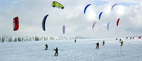 Deutsche Snowkite Meisterschaft 2006. Foto: Rhöner Drachen- und Gleitschirmflugschulen Wasserkuppe, www.snowkite.de